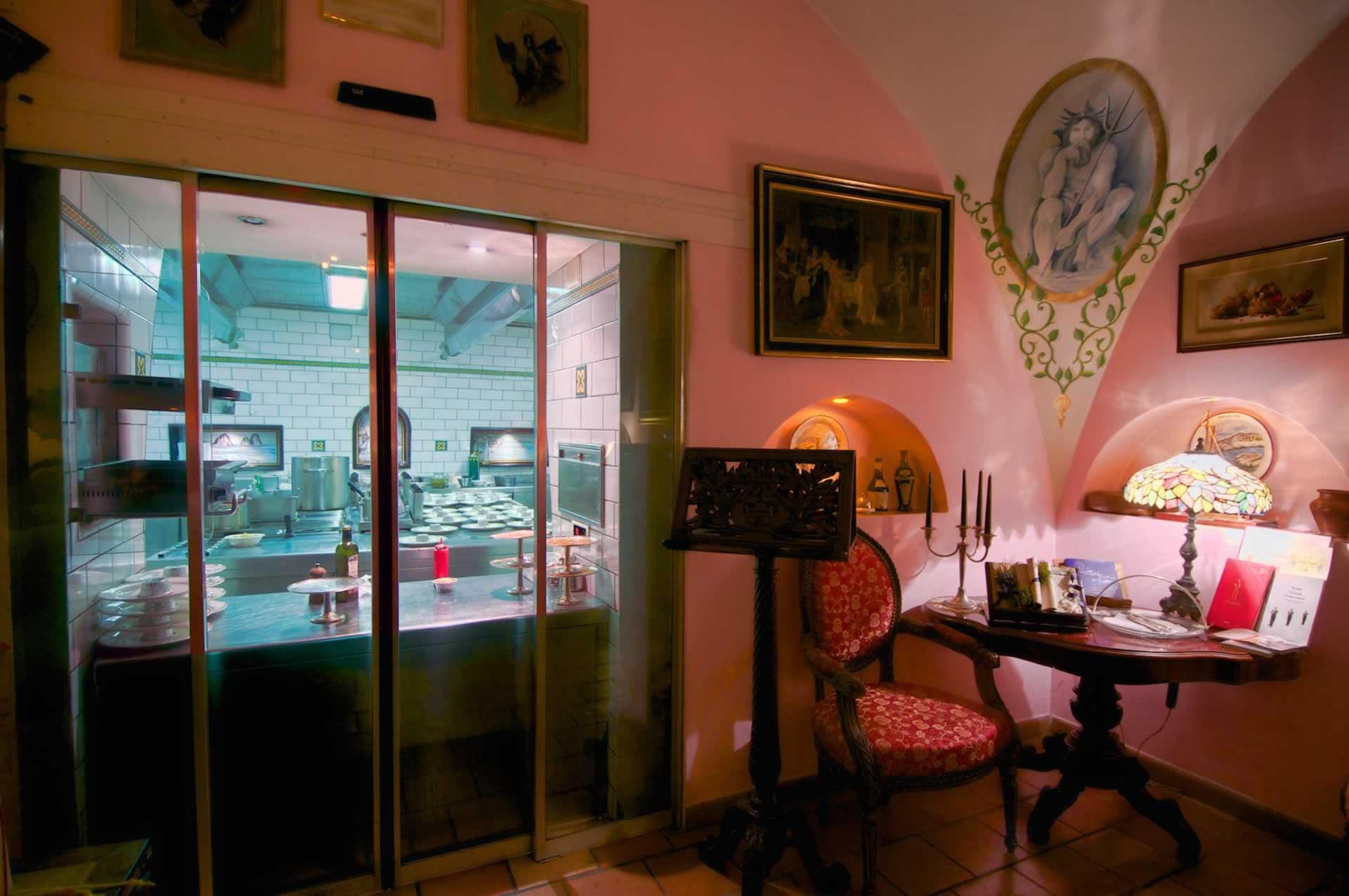 Saletta del Benvenuto con vista Cucina