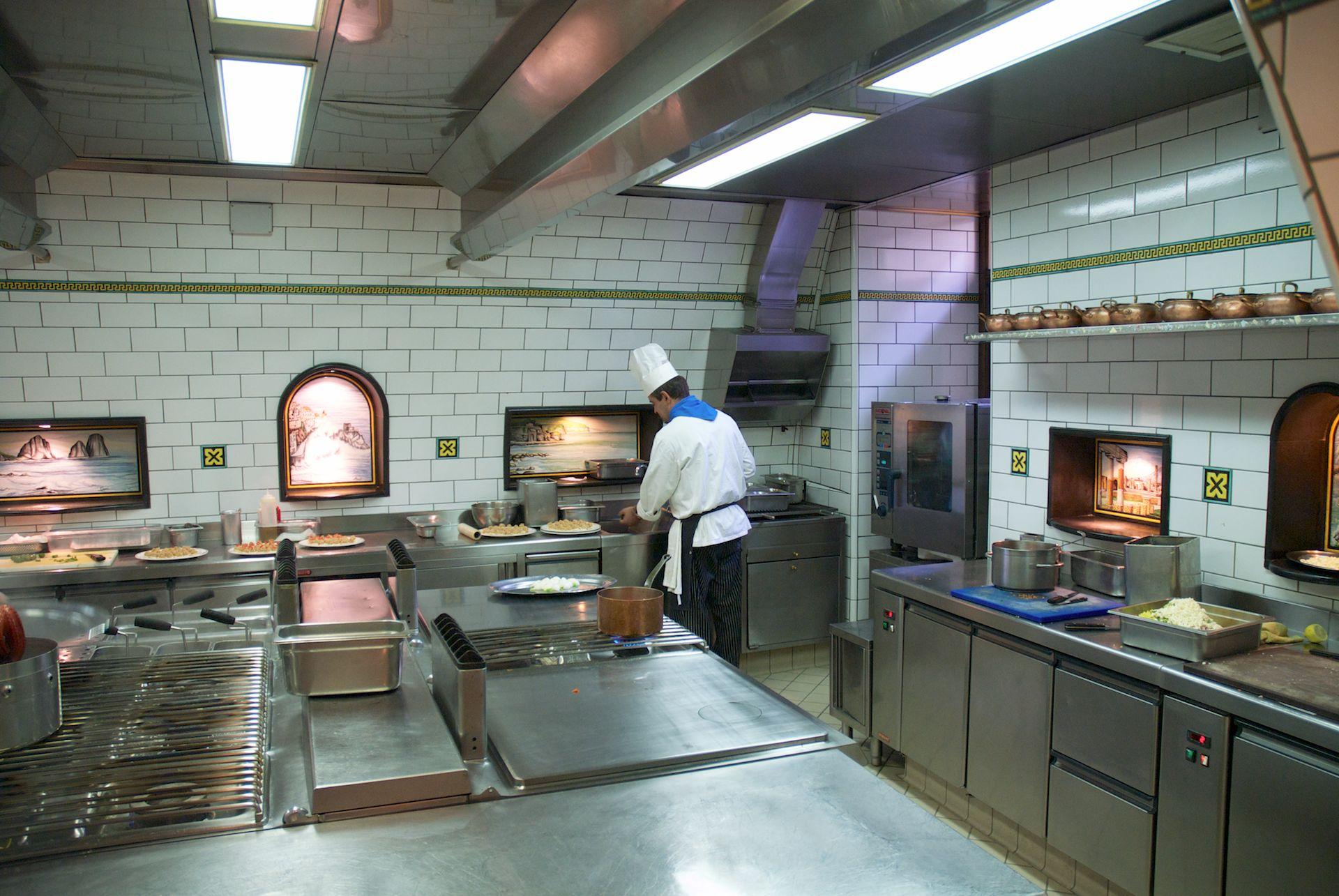 The kitchen ristorante l 39 antica trattoria in sorrento - In cucina con pippo de agostini ...